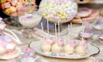 Picture of Delicious wedding cake pops in pink and purple